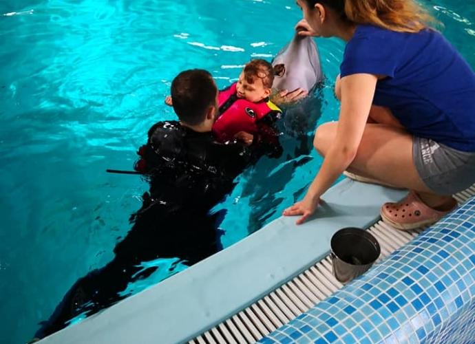 Fundacja Między Niebem a Ziemią - aktualność Wiktoria na delfinoterapii